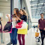 Chicas en un centro comercial