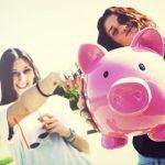 Mujeres jóvenes ahorran dinero