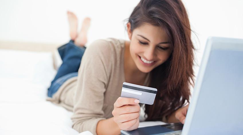 Joven hace compras en línea