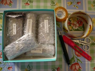 paquete siendo preparado sobre una mesa