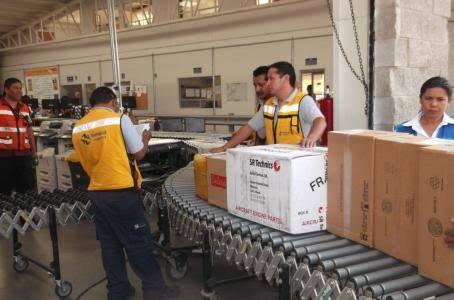 personas manejando varios paquetes