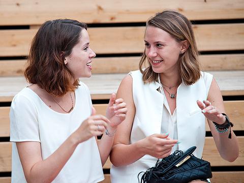 dos mujeres hablando entre ellas