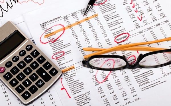 Calculadora sobre papeles de presupuesto 101