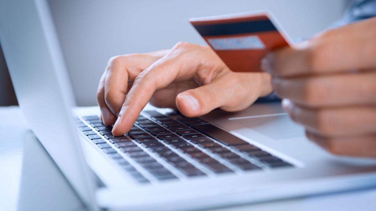 Manos con tarjeta de crédito