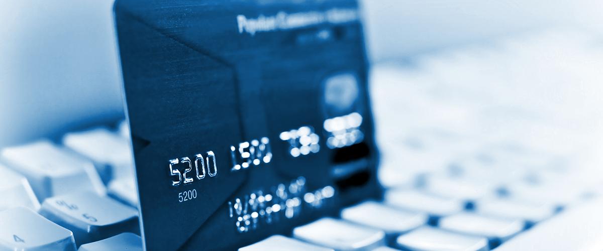 Tarjeta de crédito en mesa